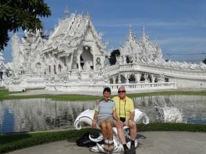 Een stralend witte tempel