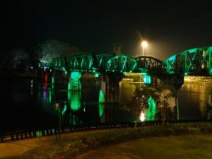 De verlichte Bridge over the River Kwai