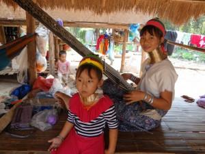 Karen, Long Neck moeder en dochter