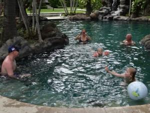 Met z'n allen in het zwembad van Coral View in Lipah-Amed