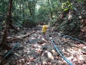 Waterleidingen in de droge bedding