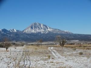 Besneeuwde bergen en ijzige kou