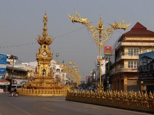 De Gouden klokkentoren in het straatbeeld.