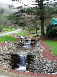 Een kunstmatige waterval onderweg