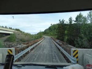 De brug naar Dease Lake campground is van hout