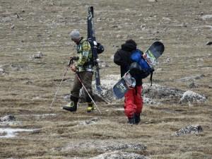 Skiers op weg naar de sneeuw