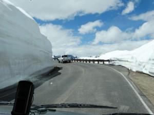 Hoge sneeuwmuren markeren de weg