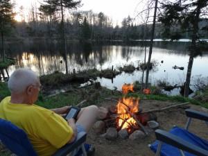 Rust en een vuurtje aan het meer in Old Forge