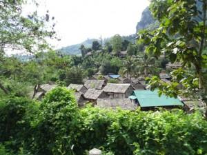 Vluchtelingenkamp tegen de bergen
