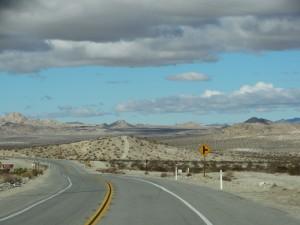 Eindeloze wegen door de desert