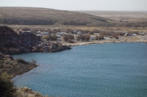 Uitzicht op Bottomless Lake met campground