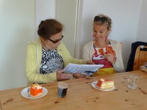 De ophaalsters en gebak bij thuiskomst
