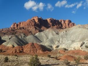 Kleurrijke rotsen onderbreken de saaie woestijn