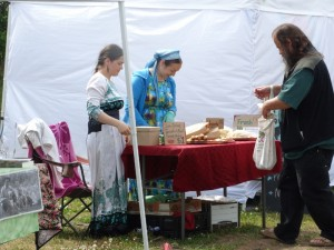 Traditioneel gekleedde Russische vrouwen op de Farmers Market