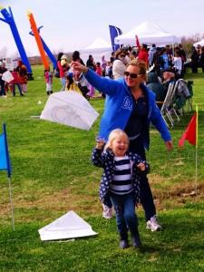 Iris en dochter Milou mat de zelf gemaakte vlieger