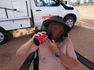 Een biertje drinken met vliegennetje is lastig