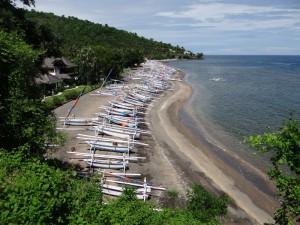 Balinese vissersbootjes op het strand