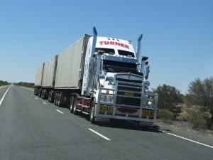 De beroemde Road Trains op Stuart Highway